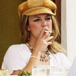 Britney røyker esigaretter